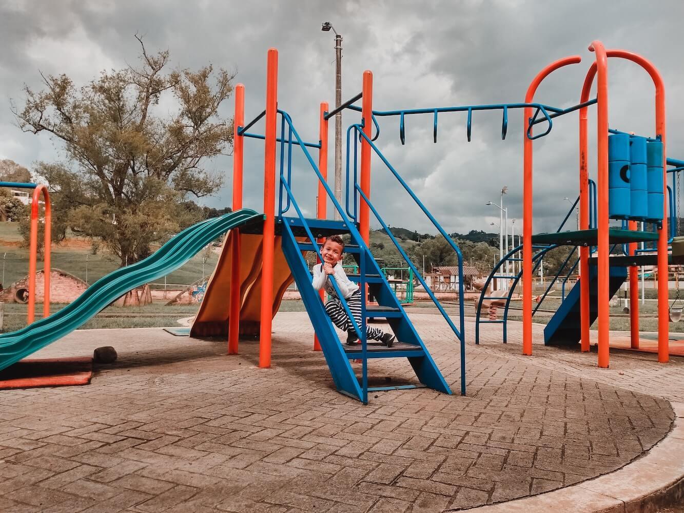 Jak zaksięgować kupno placu zabaw w szkole?